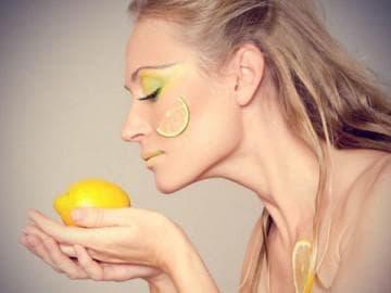 Лимон отбеливает кожу