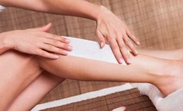 Как убрать воск с кожи после депиляции? Чем отмыть и как удалить остатки, чем обработать кожу после депиляции тела и лица